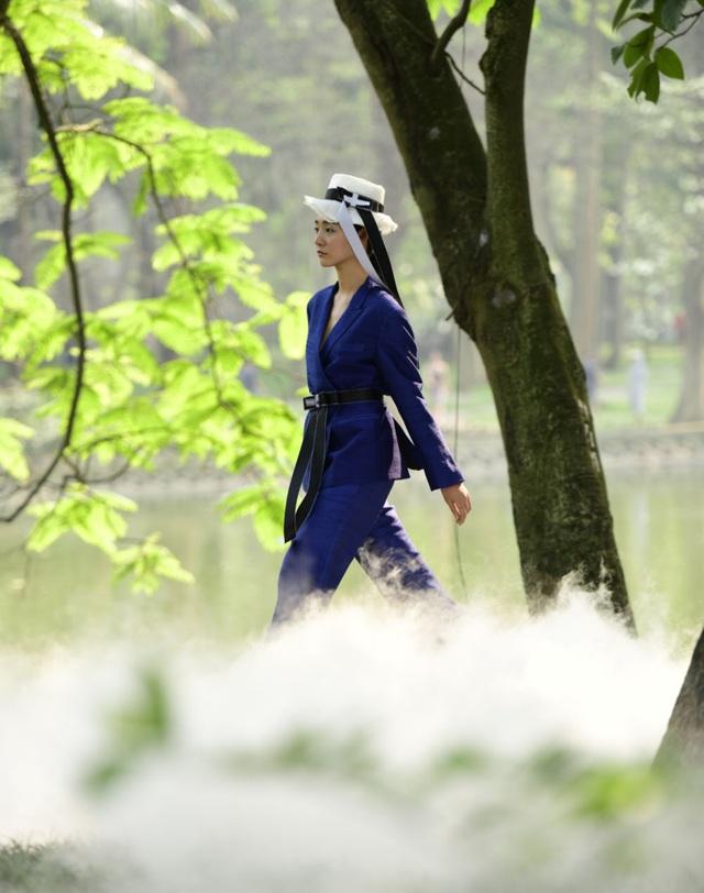 Chiêm ngưỡng lụa tơ tằm cao cấp đắt nhất Bảo Lộc biến hoá trong thời trang Thu - Đông - 8