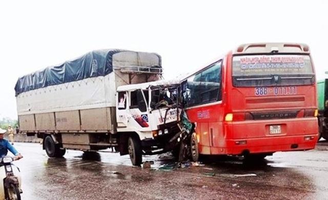 Xe chở học sinh đi tham quan va chạm xe tải, ít nhất 3 học sinh bị thương.