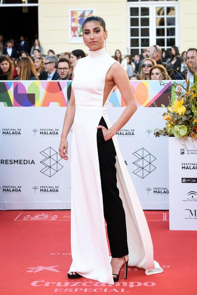 Nữ diễn viên Tây Ban Nha được khen với trang phục như áo dài cách điệu - 1
