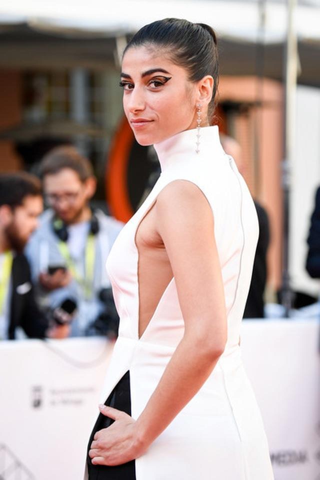 Nữ diễn viên Tây Ban Nha được khen với trang phục như áo dài cách điệu - 2
