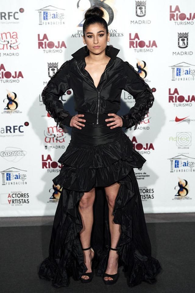 Nữ diễn viên Tây Ban Nha được khen với trang phục như áo dài cách điệu - 7