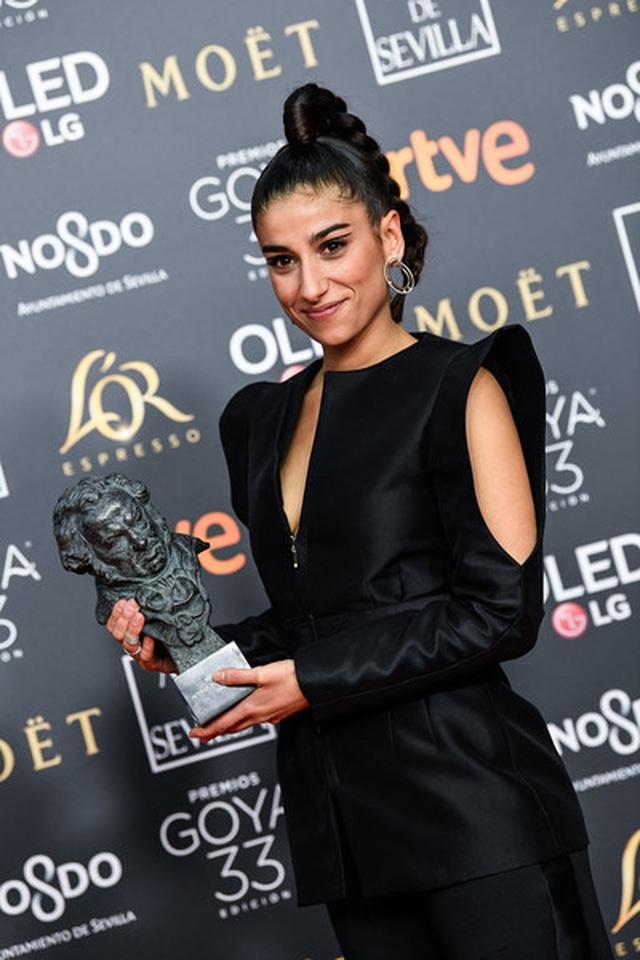 Nữ diễn viên Tây Ban Nha được khen với trang phục như áo dài cách điệu - 5