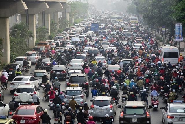 Giao thông căng như dây đàn trên 6 tuyến đường Hà Nội nghiên cứu cấm xe máy - 1