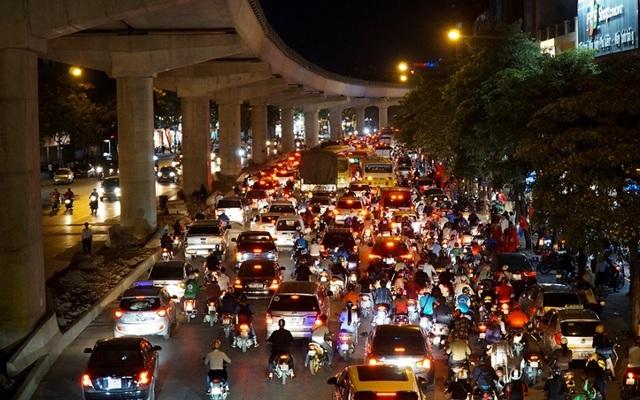 Giao thông căng như dây đàn trên 6 tuyến đường Hà Nội nghiên cứu cấm xe máy - 2