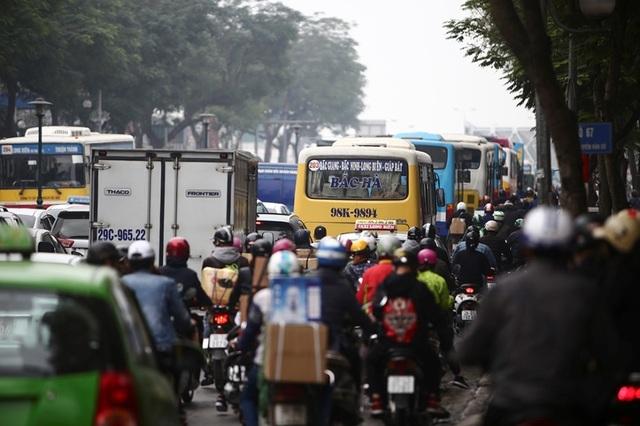 Giao thông căng như dây đàn trên 6 tuyến đường Hà Nội nghiên cứu cấm xe máy - 10