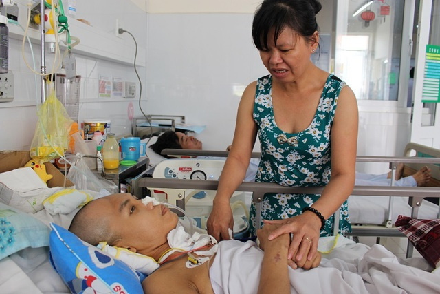 Mẹ xót xa khi 2 con trai đều bị tai nạn giao thông, một con đã mất, một con nguy kịch - 2