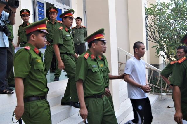 Các bị cáo bị dẫn giải về nơi giam giữ