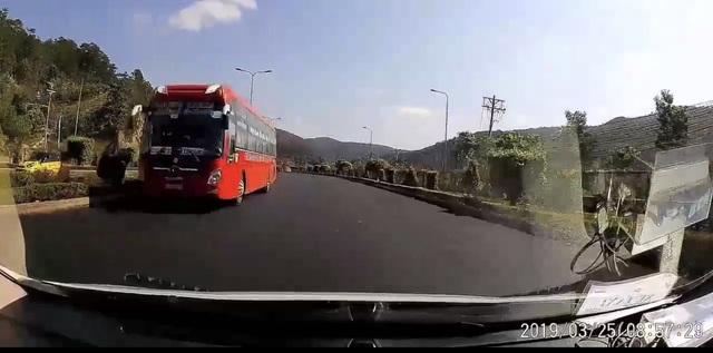 """Hãi hùng chiếc xe khách chạy ngược chiều, lao """"vun vút"""" trên cao tốc - 1"""