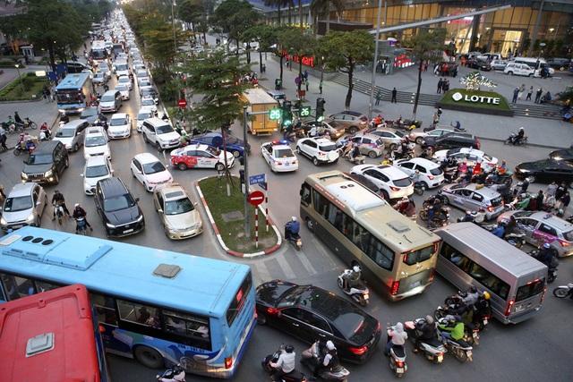 Hình ảnh bạt ngàn ô tô chiếm hết lòng đường trong giờ cao điểm ở Hà Nội - 1
