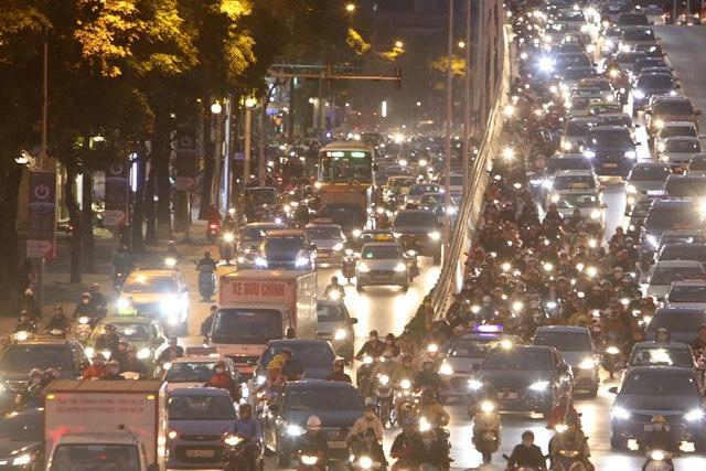 Hình ảnh bạt ngàn ô tô chiếm hết lòng đường trong giờ cao điểm ở Hà Nội - 10