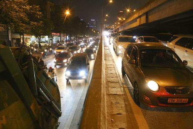 Hình ảnh bạt ngàn ô tô chiếm hết lòng đường trong giờ cao điểm ở Hà Nội - 11