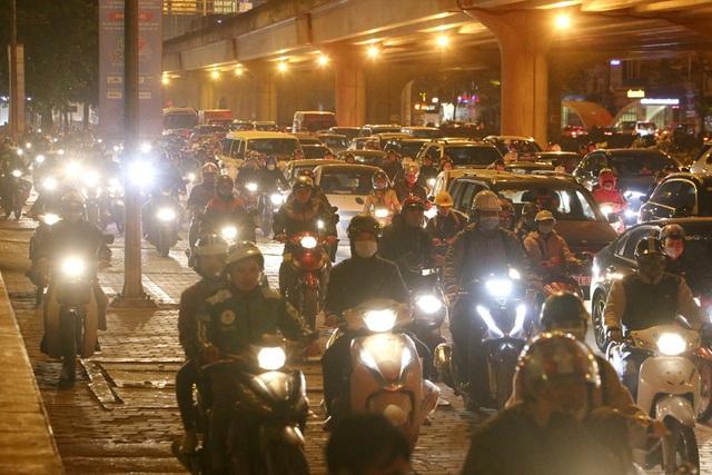Hình ảnh bạt ngàn ô tô chiếm hết lòng đường trong giờ cao điểm ở Hà Nội - 12