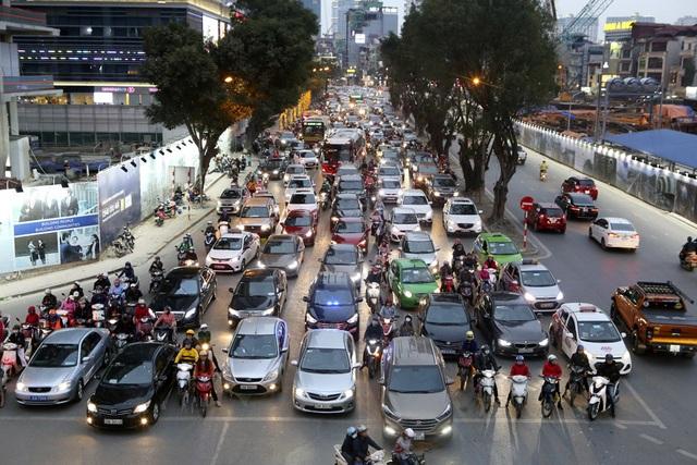 Hình ảnh bạt ngàn ô tô chiếm hết lòng đường trong giờ cao điểm ở Hà Nội - 2