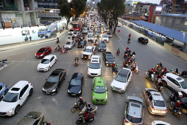 Hình ảnh bạt ngàn ô tô chiếm hết lòng đường trong giờ cao điểm ở Hà Nội - 4