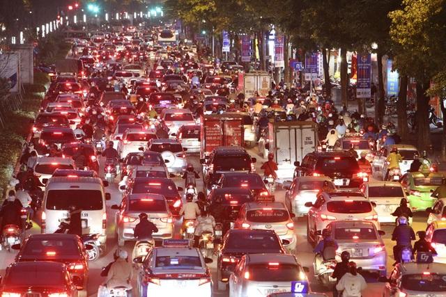 Hình ảnh bạt ngàn ô tô chiếm hết lòng đường trong giờ cao điểm ở Hà Nội - 5