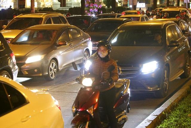 Hình ảnh bạt ngàn ô tô chiếm hết lòng đường trong giờ cao điểm ở Hà Nội - 6