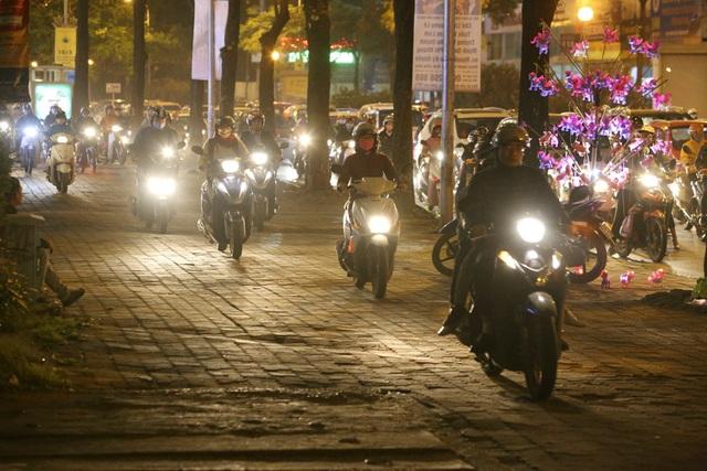 Hình ảnh bạt ngàn ô tô chiếm hết lòng đường trong giờ cao điểm ở Hà Nội - 7