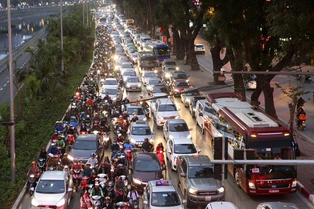 Hình ảnh bạt ngàn ô tô chiếm hết lòng đường trong giờ cao điểm ở Hà Nội - 8