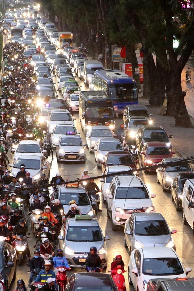 Hình ảnh bạt ngàn ô tô chiếm hết lòng đường trong giờ cao điểm ở Hà Nội - 9