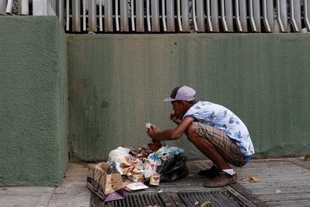 Cảnh người Venezuela bới rác để tìm kiếm thức ăn đã trở thành biểu tượng trong nhiều năm nay của đất nước khủng hoảng kinh tế trầm trọng.