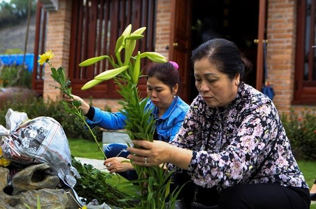 Người dân viếng mộ dịp Tết Thanh Minh - 2