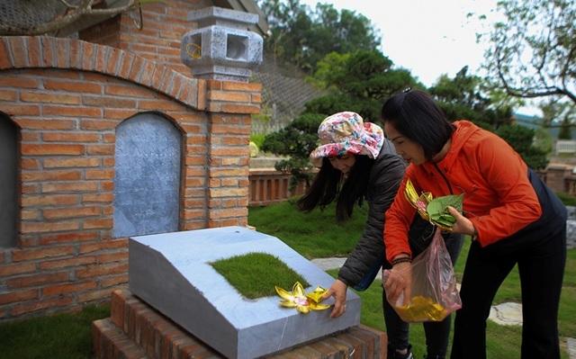 Người dân viếng mộ dịp Tết Thanh Minh - 4