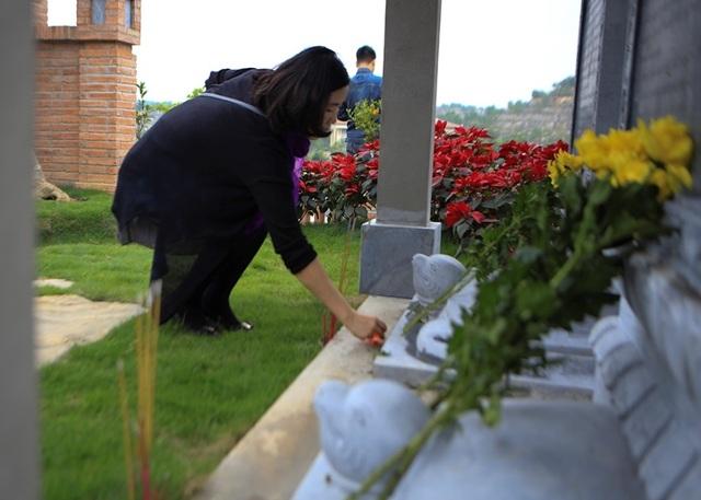 Người dân đi viếng mộ dịp Tết Thanh Minh - 3