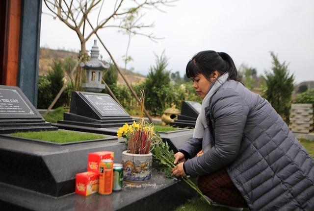 Người dân đi viếng mộ dịp Tết Thanh Minh - 8