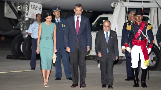 """Thang máy bay quá ngắn, Nhà vua Tây Ban Nha """"mắc kẹt"""" tại sân bay Argentina - 2"""