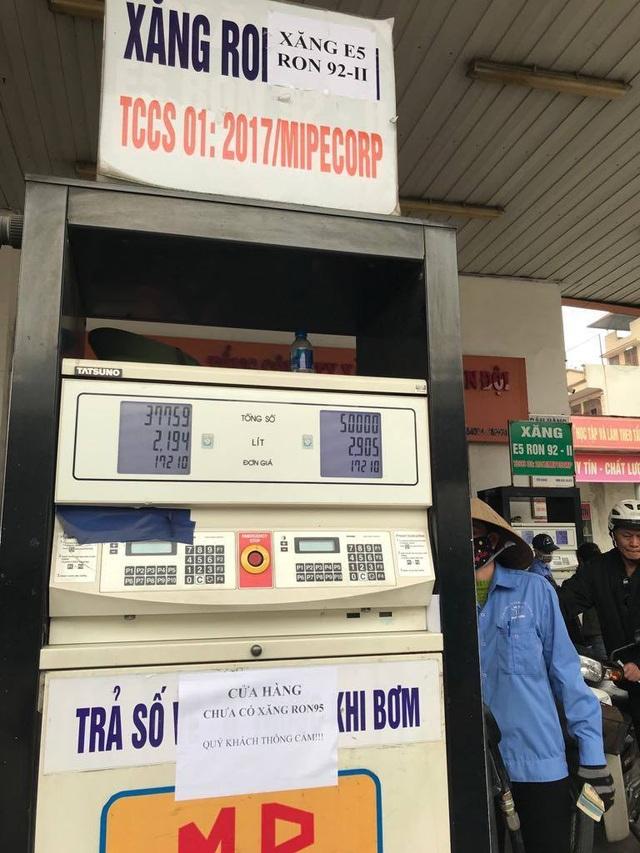 Bất thường: Nhiều cây xăng Hà Nội dán thông báo ngừng bán xăng RON 95 - 1