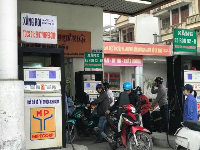 Bất thường: Nhiều cây xăng Hà Nội dán thông báo ngừng bán xăng RON 95 - 2