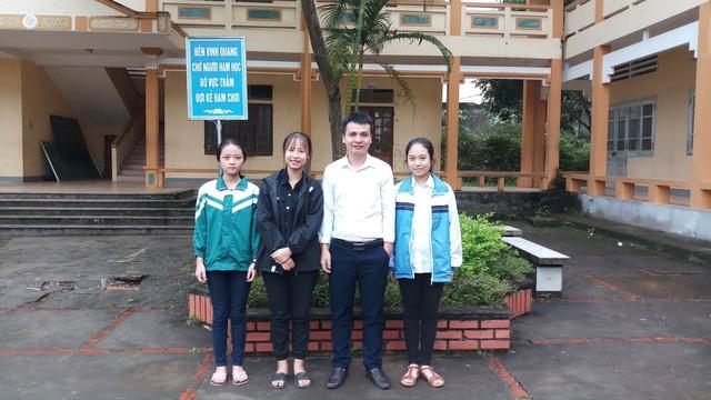 Em Võ Hà Lam (đứng thứ tư, từ trái sang phải) chụp ảnh lưu niệm với thầy giáo và các bạn thân cùng lớp.