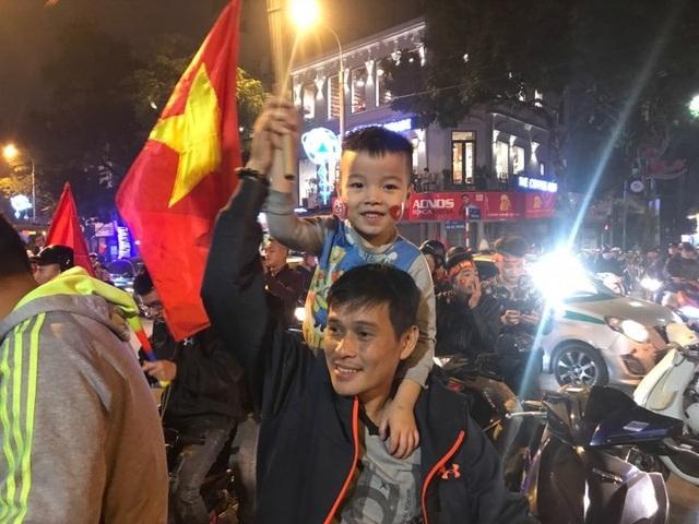 Người dân đổ xuống đường mừng đội bóng U23, Hà Nội quây phố đi bộ - 5