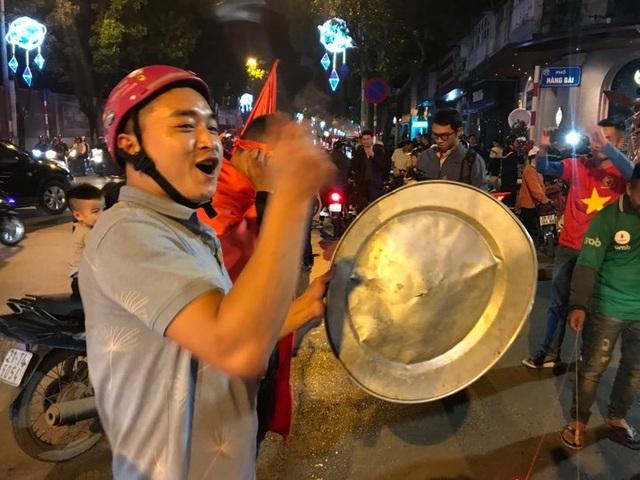 Người dân đổ xuống đường mừng đội bóng U23, Hà Nội quây phố đi bộ - 4