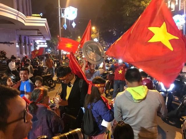 Người dân đổ xuống đường mừng đội bóng U23, Hà Nội quây phố đi bộ - 1