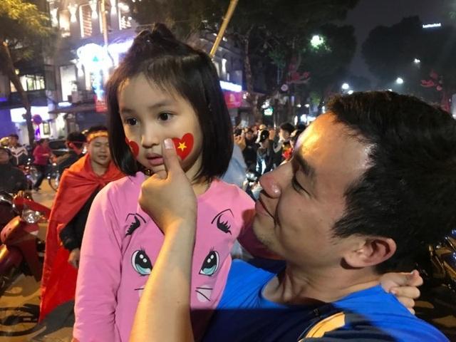 Người dân đổ xuống đường mừng đội bóng U23, Hà Nội quây phố đi bộ - 6