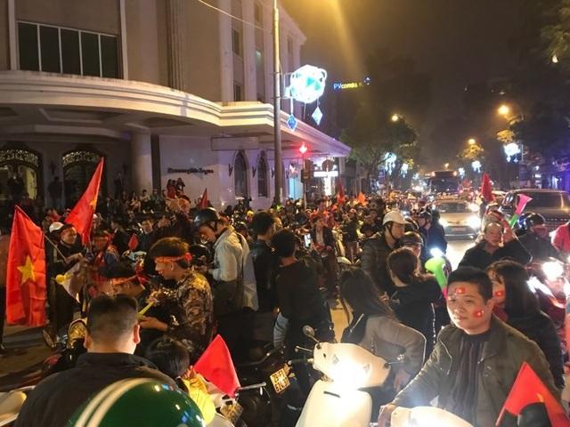 Người dân đổ xuống đường mừng đội bóng U23, Hà Nội quây phố đi bộ - 3