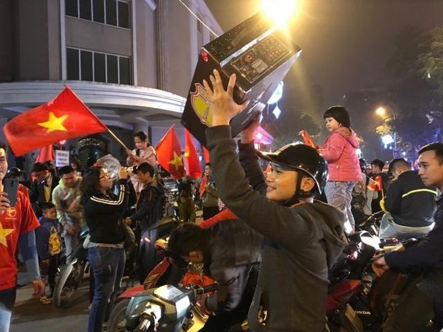 Người dân đổ xuống đường mừng đội bóng U23, Hà Nội quây phố đi bộ - 7