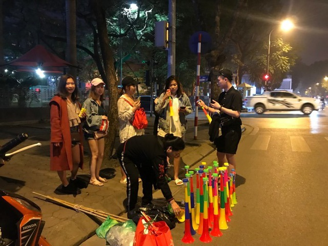 Người dân đổ xuống đường mừng đội bóng U23, Hà Nội quây phố đi bộ - 14
