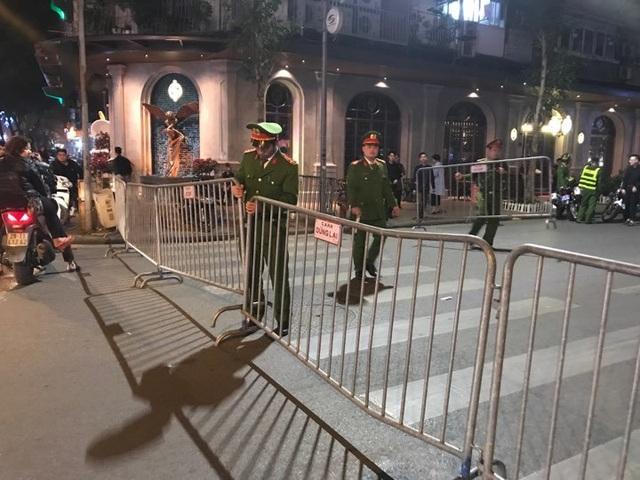 Người dân đổ xuống đường mừng đội bóng U23, Hà Nội quây phố đi bộ - 9