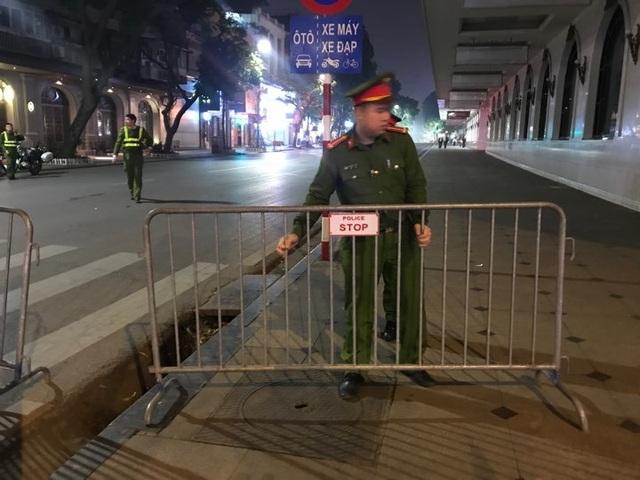 Người dân đổ xuống đường mừng đội bóng U23, Hà Nội quây phố đi bộ - 11