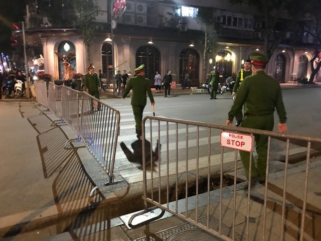 Người dân đổ xuống đường mừng đội bóng U23, Hà Nội quây phố đi bộ - 12