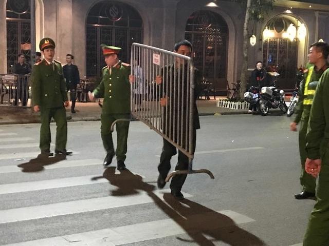 Người dân đổ xuống đường mừng đội bóng U23, Hà Nội quây phố đi bộ - 10