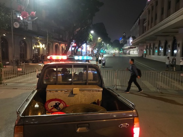 Người dân đổ xuống đường mừng đội bóng U23, Hà Nội quây phố đi bộ - 13