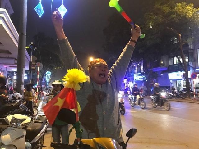 Người dân đổ xuống đường mừng đội bóng U23, Hà Nội quây phố đi bộ - 8