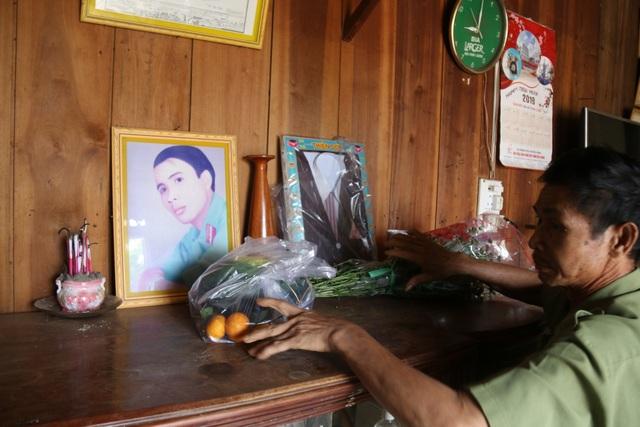 Vợ nghèo nhặt ve chai nuôi chồng ung thư và ba con ăn học - 2