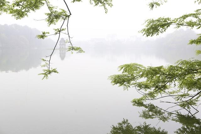 Hồ Gươm mờ ảo trong sương mù trắng xóa - 1