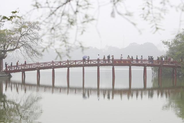 Hồ Gươm mờ ảo trong sương mù trắng xóa - 10