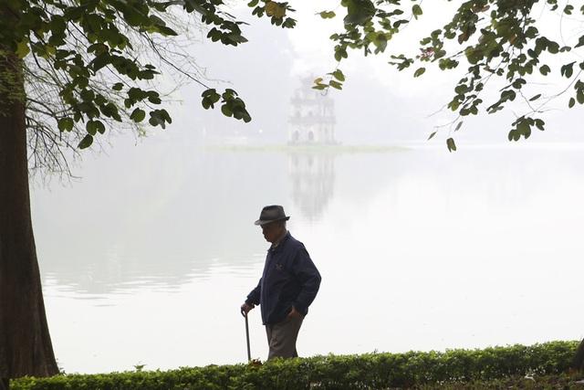 Hồ Gươm mờ ảo trong sương mù trắng xóa - 11