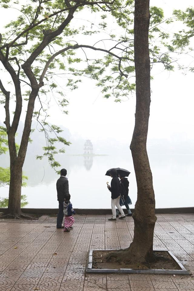 Hồ Gươm mờ ảo trong sương mù trắng xóa - 14